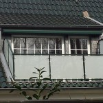 Balkongeländer feuerverzinkt pulverbeschichtet mit Glasfüllung